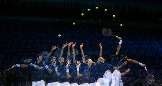 网球发球练习:盯球是关键 初学者要找节奏图片